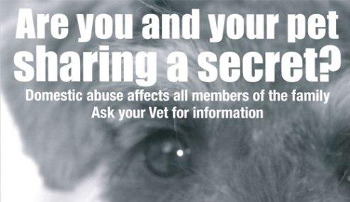 Плакат, распространяемый в ветеринарных клиниках Шотландии: «Храните ли вы c вашим питомцем один секрет? Домашнее насилие затрагивает жизнь всех членов семьи. Обратитесь к вашему ветеринарному врачу за информацией». http://www.onekind.org